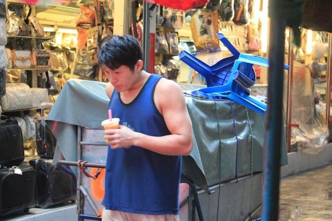 A street vendor in Bangkok. Aaah, those biceps! T-T